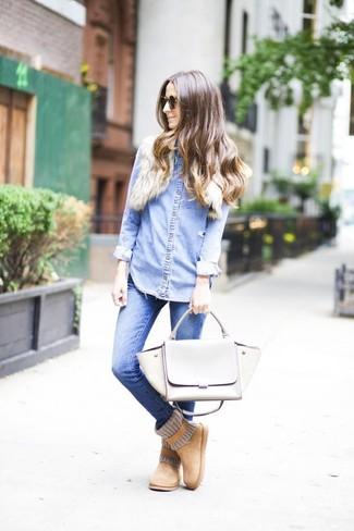 Как и с чем носить: голубая джинсовая рубашка, синие джинсы скинни, светло-коричневые угги, серая кожаная сумка-саквояж