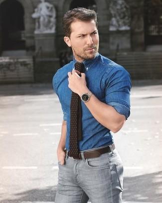 Как и с чем носить: синяя джинсовая рубашка, серые зауженные джинсы, темно-коричневый галстук в горошек, темно-коричневый кожаный ремень