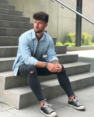 Как и с чем носить: голубая джинсовая рубашка, черные рваные зауженные джинсы, черно-белые низкие кеды из плотной ткани, серебряные часы