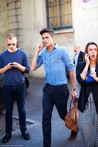 Как и с чем носить: голубая джинсовая рубашка, темно-синие классические брюки, коричневая кожаная дорожная сумка, темно-коричневый кожаный ремень