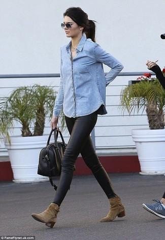 Как и с чем носить: голубая джинсовая рубашка, черные кожаные леггинсы, оливковые замшевые ботильоны, черная кожаная спортивная сумка