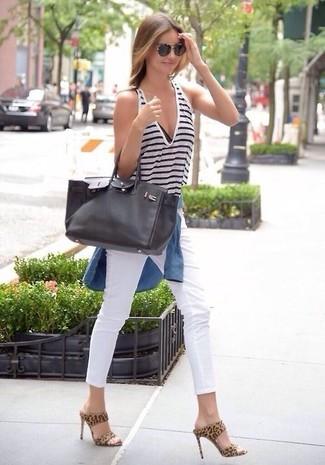 Как Miranda Kerr носит Синяя джинсовая рубашка, Бело-темно-синяя майка в горизонтальную полоску, Белые джинсы скинни, Светло-коричневые замшевые сабо с леопардовым принтом