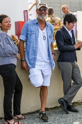 Модные мужские луки 2020 фото в спортивном стиле: Несмотря на то, что это достаточно не сложный образ, образ из голубой джинсовой рубашки и белых шорт неизменно нравится джентльменам, неизбежно покоряя при этом сердца противоположного пола. Такой лук легко адаптировать к повседневным нуждам, если завершить его темно-зелеными кроссовками.