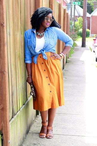Как и с чем носить: голубая джинсовая рубашка, белая майка, оранжевая юбка-миди со складками, светло-коричневые кожаные босоножки на каблуке