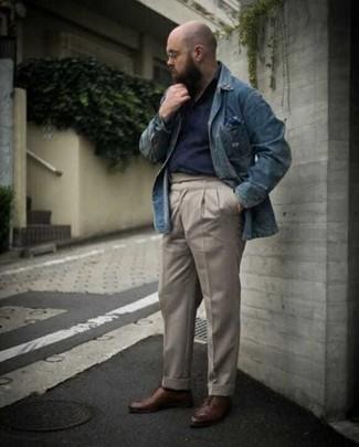 Как одеваться мужчине за 40: Синяя джинсовая рубашка и бежевые брюки чинос будут стильно смотреться в стильном гардеробе самых взыскательных джентльменов. Хотел бы сделать лук немного элегантнее? Тогда в качестве дополнения к этому ансамблю, обрати внимание на коричневые кожаные туфли дерби.