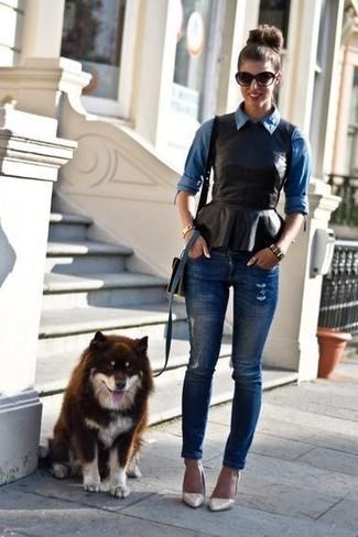 Как и с чем носить: синяя джинсовая рубашка, черный кожаный топ с баской, темно-синие рваные джинсы скинни, бежевые кожаные туфли