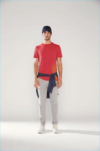 Как и с чем носить: темно-синяя джинсовая рубашка, красная футболка с круглым вырезом в горизонтальную полоску, серые брюки чинос, белые кожаные низкие кеды