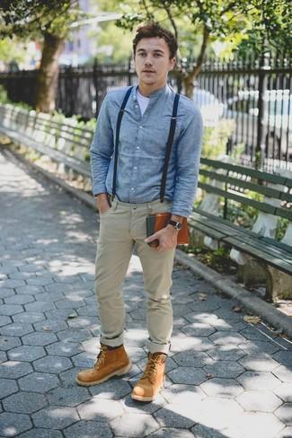 Как и с чем носить: голубая джинсовая рубашка, белая футболка с круглым вырезом, светло-коричневые брюки чинос, коричневые замшевые повседневные ботинки