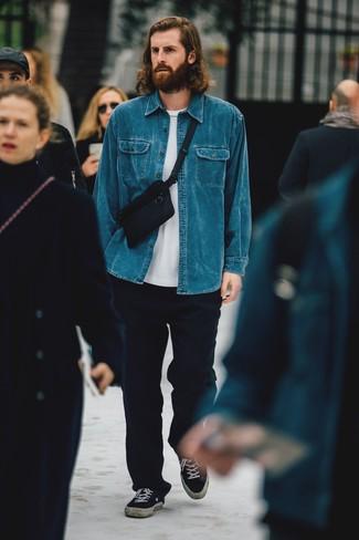 Темно-синие шерстяные брюки чинос: с чем носить и как сочетать: Синяя джинсовая рубашка и темно-синие шерстяные брюки чинос — хороший вариант, если ты ищешь раскованный, но в то же время стильный мужской ансамбль. Черные низкие кеды из плотной ткани — идеальный выбор, чтобы дополнить ансамбль.