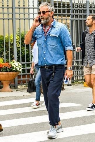 Серые кроссовки: с чем носить и как сочетать мужчине: Создав лук из синей джинсовой рубашки и темно-синих брюк чинос, можно спокойно отправляться на свидание с девушкой или встречу с друзьями в непринужденной обстановке. Чтобы образ не получился слишком претенциозным, можешь закончить его серыми кроссовками.
