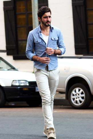 Как и с чем носить: голубая джинсовая рубашка, белая футболка с круглым вырезом, бежевые брюки чинос, бежевые кожаные ботинки дезерты