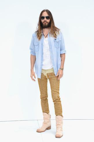 Как и с чем носить: голубая джинсовая рубашка, белая футболка с круглым вырезом, золотые джинсы, розовые замшевые ковбойские сапоги
