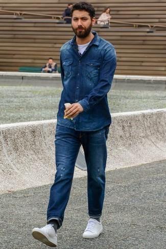 Темно-серые носки: с чем носить и как сочетать мужчине: Если в одежде ты ценишь комфорт и функциональность, темно-синяя джинсовая рубашка и темно-серые носки — отличный выбор для расслабленного мужского ансамбля на каждый день. Сделать лук элегантнее помогут белые кожаные низкие кеды.
