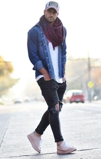 Как и с чем носить: синяя джинсовая рубашка, белая футболка с круглым вырезом, черные рваные зауженные джинсы, розовые кожаные низкие кеды