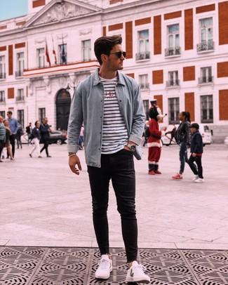 Как и с чем носить: голубая джинсовая рубашка, бело-темно-синяя футболка с круглым вырезом в горизонтальную полоску, черные зауженные джинсы, белые низкие кеды
