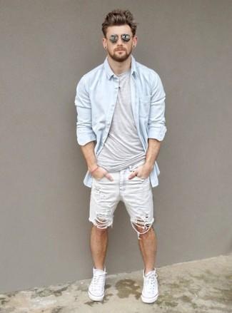 Как и с чем носить: голубая джинсовая рубашка, серая футболка с круглым вырезом, белые джинсовые шорты, белые высокие кеды из плотной ткани