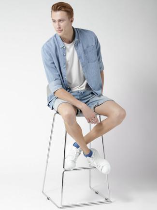 Как и с чем носить: голубая джинсовая рубашка, белая футболка с круглым вырезом, голубые джинсовые шорты, белые кожаные низкие кеды