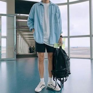 Модные мужские луки 2020 фото: Несмотря на свою легкость, дуэт голубой джинсовой рубашки и черных шорт неизменно нравится джентльменам, а также покоряет сердца противоположного пола. В сочетании с этим образом наиболее гармонично будут выглядеть бело-темно-синие низкие кеды.