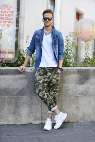 Черные резиновые часы: с чем носить и как сочетать мужчине: Синяя джинсовая рубашка и черные резиновые часы позволят составить несложный и практичный лук для выходного в парке или вечера в баре с друзьями. Пара белых кроссовок очень органично интегрируется в этот лук.