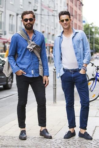 Как и с чем носить: голубая джинсовая рубашка, белая футболка с v-образным вырезом, темно-синие джинсы, темно-синие замшевые мокасины
