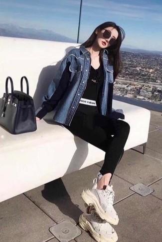 Как и с чем носить: синяя джинсовая рубашка, черная футболка с v-образным вырезом, черные леггинсы, белые кроссовки