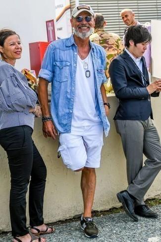 Голубая джинсовая рубашка: с чем носить и как сочетать мужчине: Несмотря на то, что это достаточно простой образ, ансамбль из голубой джинсовой рубашки и белых шорт приходится по душе стильным мужчинам, а также покоряет сердца женщин. Закончи образ оливковыми кроссовками, если боишься, что он получится слишком консервативным.