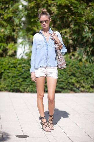 Как и с чем носить: голубая джинсовая рубашка, белые джинсовые шорты, темно-коричневые кожаные гладиаторы, серая большая сумка из плотной ткани с принтом