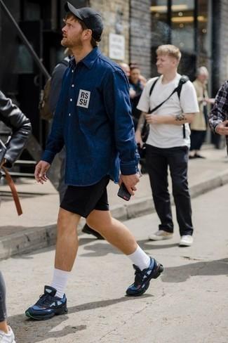 Модные мужские луки 2020 фото: Привлекательное сочетание темно-синей джинсовой рубашки с принтом и черных шорт вне всякого сомнения будет привлекать внимание красивых женщин. Любишь поэкспериментировать? Тогда дополни ансамбль темно-синими кроссовками.