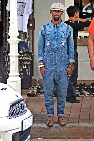 Как и с чем носить: синяя джинсовая рубашка, синие джинсовые штаны-комбинезон, коричневые кожаные оксфорды, серая кепка