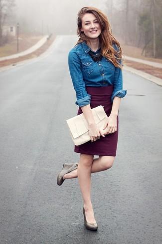 Как и с чем носить: синяя джинсовая рубашка, темно-пурпурная юбка-карандаш, серые кожаные туфли на танкетке, белый кожаный клатч