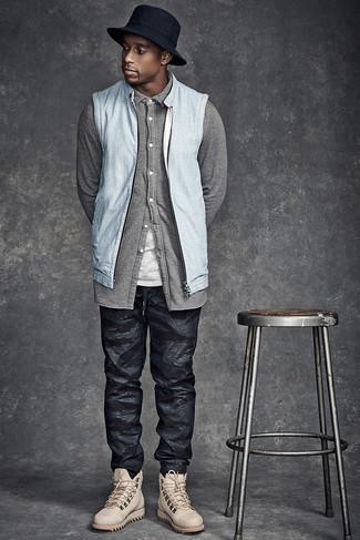 С чем носить черные спортивные штаны с камуфляжным принтом мужчине: Голубой джинсовый жилет и черные спортивные штаны с камуфляжным принтом — прекрасный ансамбль для молодых людей, которые постоянно в движении. Закончив ансамбль бежевыми кожаными повседневными ботинками, можно привнести в него немного привлекательного консерватизма.