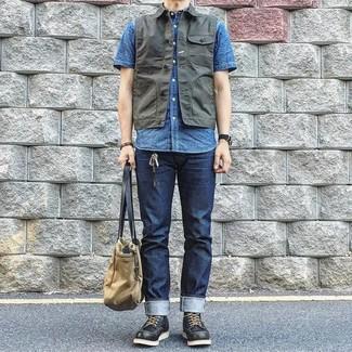 Как и с чем носить: темно-серый джинсовый жилет, синяя рубашка с коротким рукавом, темно-синие джинсы, черные кожаные рабочие ботинки