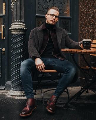 Как и с чем носить: темно-коричневое длинное пальто, темно-красный шерстяной бомбер, черная водолазка, темно-синие зауженные джинсы