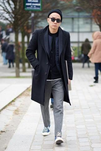 Черная шапка: с чем носить и как сочетать мужчине: Если день обещает быть суматошным, сочетание черного длинного пальто и черной шапки позволит создать практичный образ в непринужденном стиле. Вкупе с этим образом идеально смотрятся синие низкие кеды из плотной ткани.