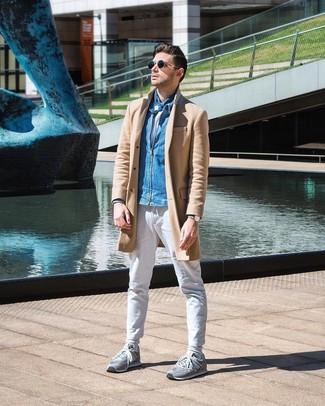 Как и с чем носить: светло-коричневое длинное пальто, синий джинсовый бомбер, белая футболка с круглым вырезом, белые брюки чинос