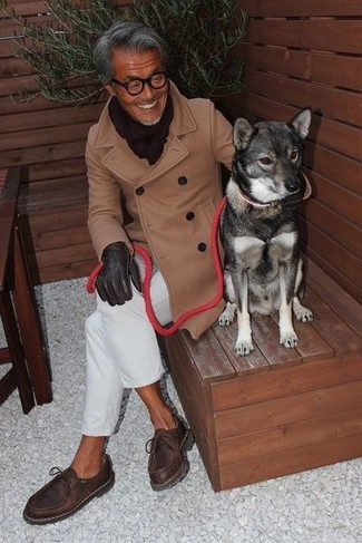 Как и с чем носить: светло-коричневое длинное пальто, белые брюки чинос, темно-коричневые кожаные ботинки дезерты, темно-коричневый шарф