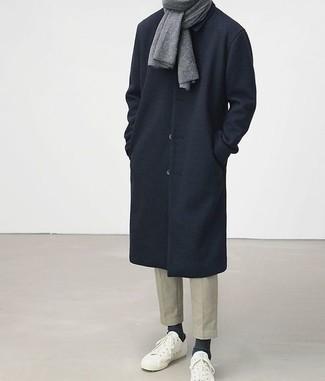 Темно-синее длинное пальто: с чем носить и как сочетать: Лук из темно-синего длинного пальто и бежевых брюк чинос позволит выглядеть аккуратно, а также выразить твой личный стиль. Если тебе нравится рисковать, на ноги можно надеть белые низкие кеды.