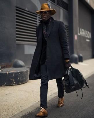 Как и с чем носить: черное длинное пальто, черные брюки чинос, коричневые кожаные туфли дерби, черный кожаный рюкзак