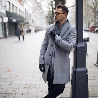 Как и с чем носить: серое длинное пальто, черные брюки чинос, серый шарф в клетку, черные кожаные перчатки