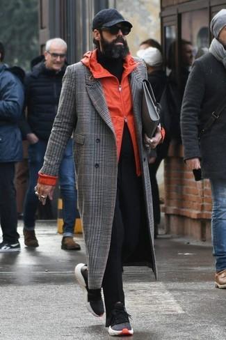 Как и с чем носить: серое длинное пальто в шотландскую клетку, оранжевая ветровка, черная водолазка, черные брюки чинос