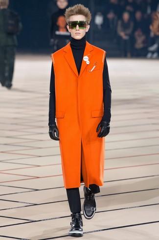 Модный лук: оранжевое длинное пальто, темно-синяя водолазка, черные брюки чинос, черные кожаные повседневные ботинки