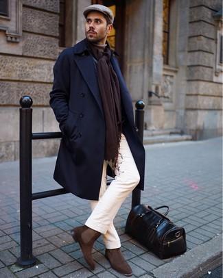 Как и с чем носить: темно-синее длинное пальто, светло-коричневая водолазка, белые брюки чинос, коричневые замшевые ботинки челси