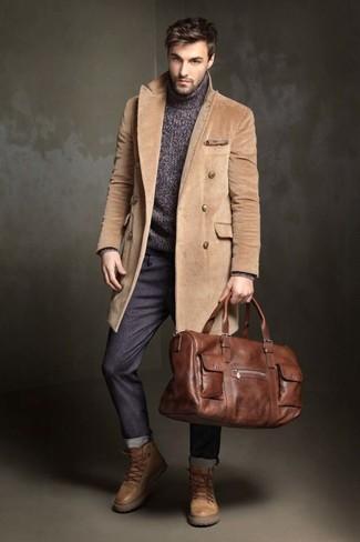 Как и с чем носить: светло-коричневое длинное пальто, темно-серая вязаная водолазка, темно-серые брюки чинос, светло-коричневые кожаные рабочие ботинки