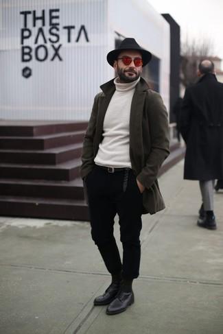 Как и с чем носить: оливковое длинное пальто, белая водолазка, черные брюки чинос, черные кожаные туфли дерби