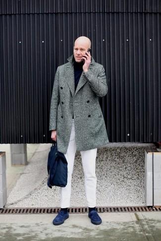 """Как и с чем носить: серое длинное пальто с узором """"в ёлочку"""", черная водолазка, белые брюки чинос, темно-синие замшевые лоферы"""
