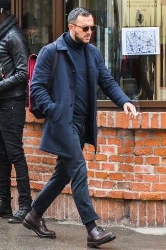 Как и с чем носить: темно-синее длинное пальто, темно-синяя водолазка, черные брюки чинос, темно-коричневые кожаные туфли дерби