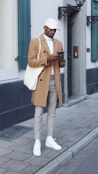 Как и с чем носить: светло-коричневое длинное пальто, белая водолазка, серые брюки чинос, белые кожаные низкие кеды