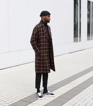 Как и с чем носить: темно-красное длинное пальто в клетку, черная водолазка, черные брюки чинос, черные низкие кеды из плотной ткани