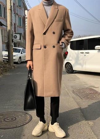 Как и с чем носить: светло-коричневое длинное пальто, серая водолазка, черные брюки чинос, бежевые кроссовки