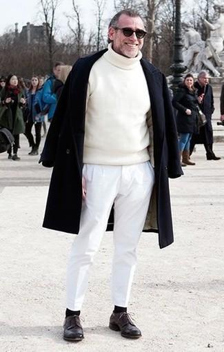 Как и с чем носить: черное длинное пальто, белая водолазка, белые брюки чинос, темно-коричневые кожаные туфли дерби